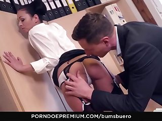 bums buero - sexy brunette masturbates in the office
